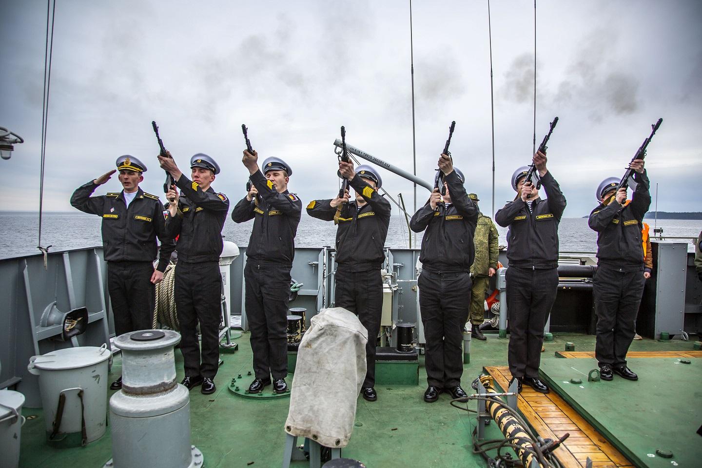 Погибшим морякам-подводникам отдали воинские почести