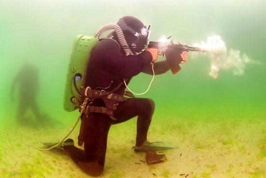 На Каспии боевые пловцы провели подводные стрельбы