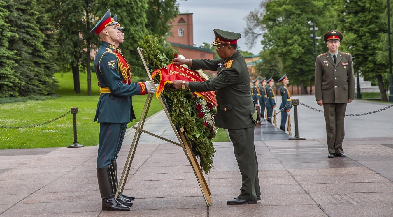 Глава генштаба Народной Армии Лаоса возложил венок к «Могиле Неизвестного солдата»