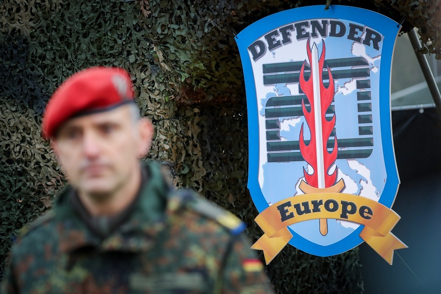 Увещевания и хитрая игра: как НАТО незаметно «подкрадывается» к границам России