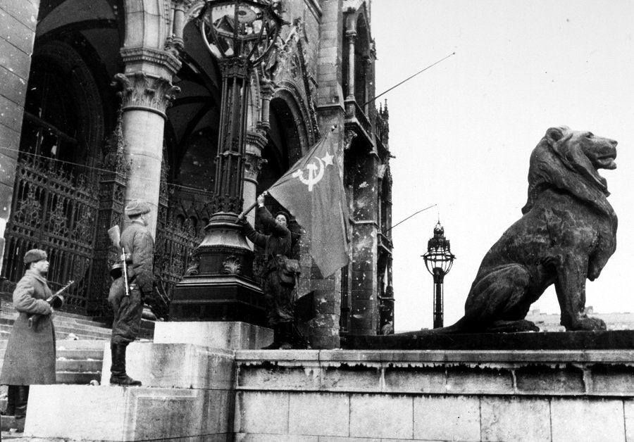 «И на груди его светилась Медаль за город Будапешт»