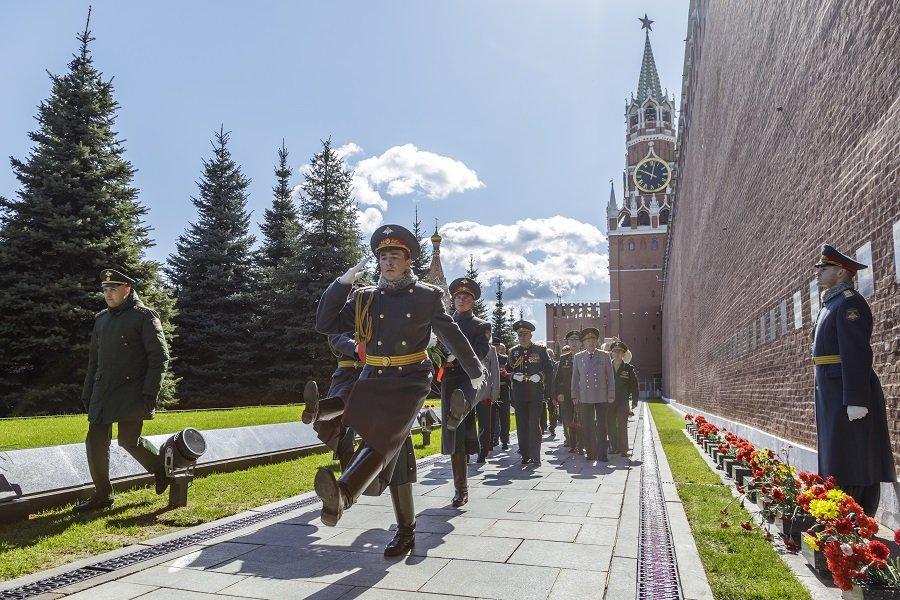 В канун Дня Победы у Кремлевской стены почтили память главных маршалов артиллерии